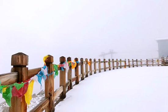 达古冰山迎来入秋第一场雪 冰雪彩林即将开启