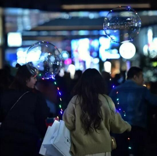 夜光气球飘满成都街头 成本低廉存在安全隐患