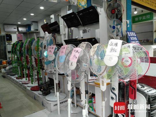 成都雨水不断雨伞热销风扇遇冷 商家提前筹备秋冬货品
