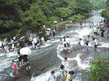 成都周末持续高温 数十万人周边景区玩水避暑