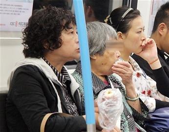 委员建议:用法规约束公交车里吃东西现象(图)