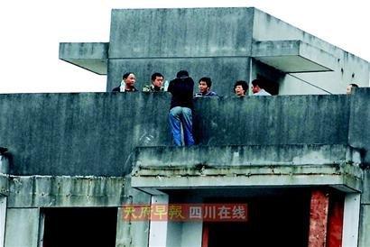 成都一男子以跳楼相要挟 要求警方帮其找女友