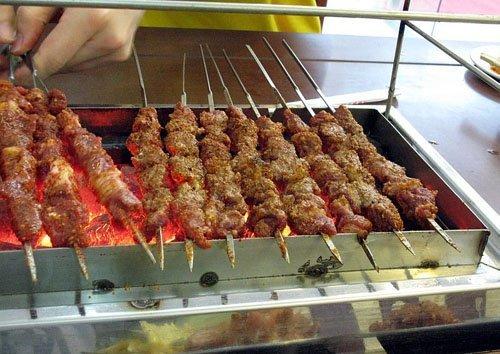 """""""烧烤王""""揭内幕 变质肉如何成街头美味"""