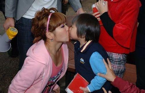 台湾5岁童星节目中频与艺人亲嘴 或触犯法律 高清图片