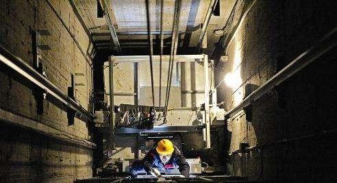 泸州一小区电梯损坏长时间未修 物管称维修基金未启用
