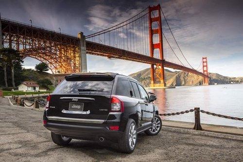 2014款Jeep指南者依旧延续了现款车型的外观造型,只是在前进气格图片
