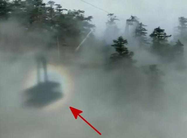 """峨眉山缆车运行中被""""奇光""""笼罩 物理解释:是日晕"""