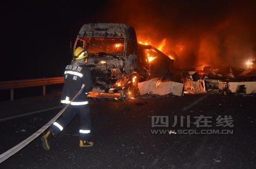 京昆高速江油段一挂车着火 车上200余台家电烧毁(图)