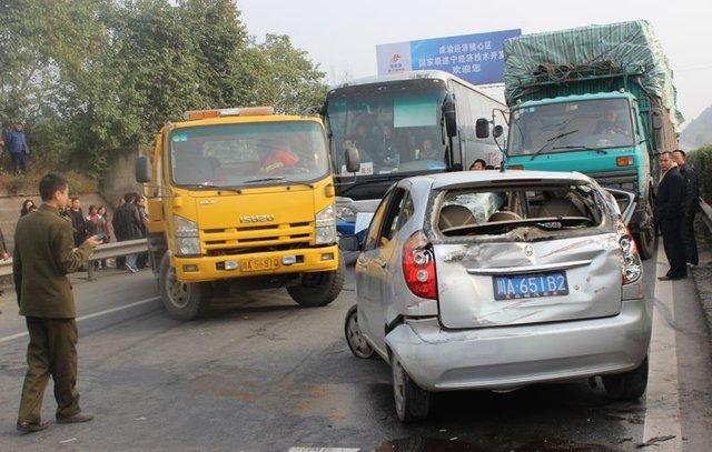 遂回高速挂车与小轿车追尾 4人被困车内受伤