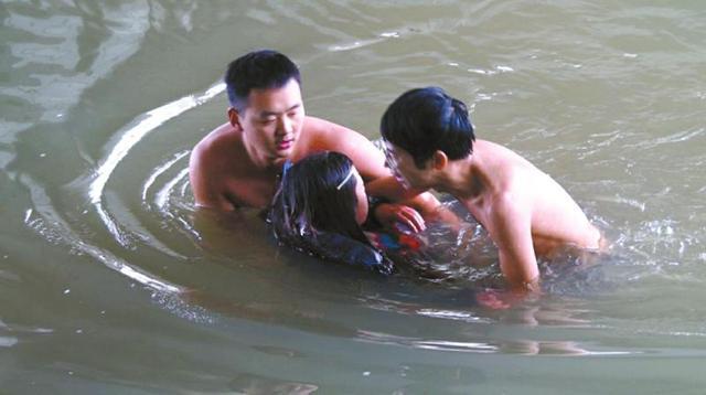 广元两女孩跳河救v女孩保安围观者送衣驱寒(图美女英雄与图片