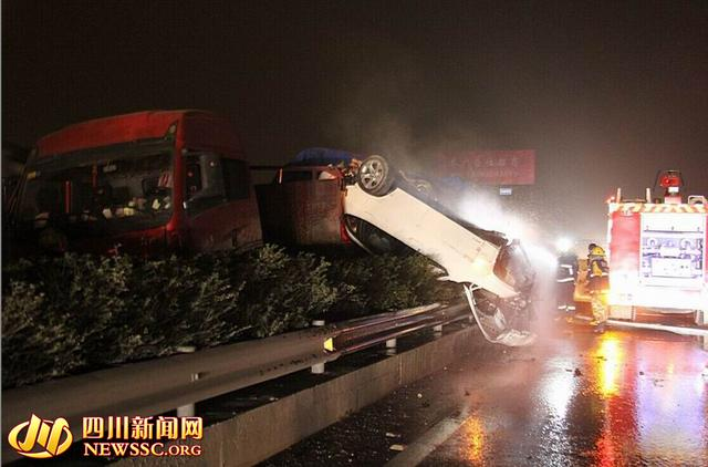 成渝高速一宝马被失控大卡车撞翻 司机安然无
