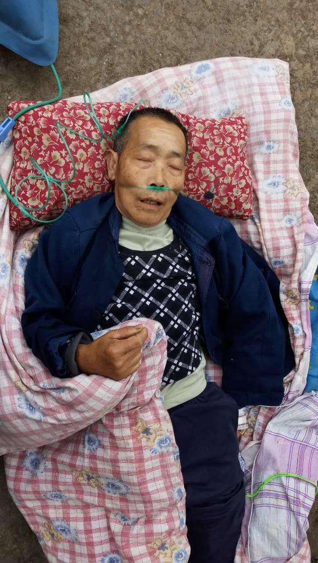 老人在南充路边昏倒需做开颅手术 急寻家人(图)
