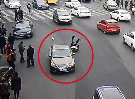 成都司机驾车拖拽交警10余米 致其多处软组织挫伤