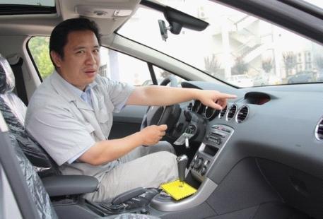 神龙汽车公司东风标致408技术研发项目组主任窦继胜近日接受高清图片