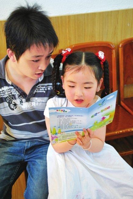 北川小馨懿领到入学通知书 将到成都读小学