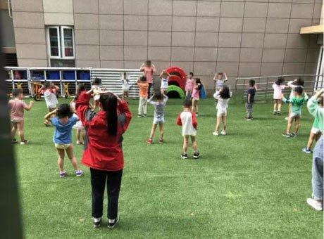 成都一幼儿园孩子穿短裤在室外活动引质疑 园方回应