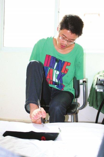 一个人的考场 地震伤残考生用脚书写人生答卷