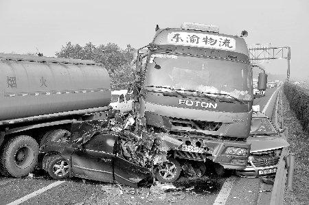 成都繞城高速137輛車連環相撞 致9人受傷