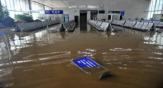 暴雨致成灌快铁三车站被淹 3天内可全价退票