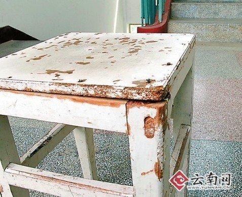 丽江某老师检查作业被拒 抡板凳砸翻学生(图)