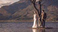 新人在湖边牵手秀恩爱