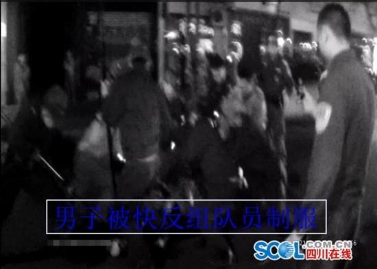 德阳醉酒男持刀与警察对峙 民警鸣枪示警后将其制服