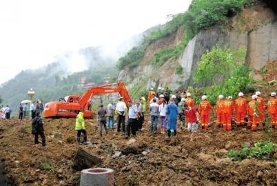 7月10日,四川成都九寨沟(微博)环线公路平武段被阻,救援人员在事发