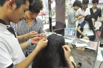 成都现疯狂涂胶人 部分女性长发被涂强力胶(图)