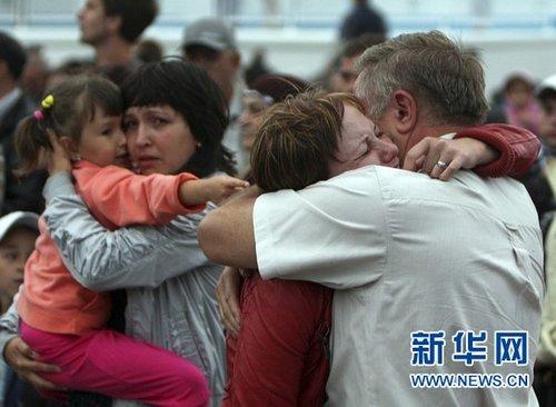 2011年7月11日俄罗斯伏尔加河沉船事故致2死103失踪7月10日,在俄罗斯喀山,沉船事故中的幸存者获救上岸后互相拥抱。