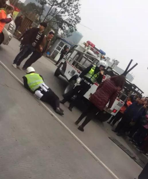 泸州一女司机违章停车撕罚单 事后将交警推倒(图)