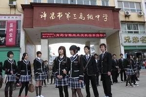 性感与美黑丝袜是学生自己搭配的,漂亮就好   在网上对许昌市三高