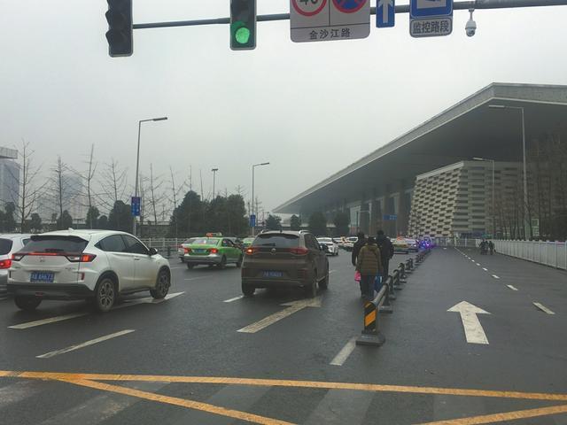 成都东客站接送客通道:停车超不能超过三分钟