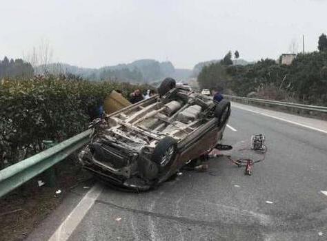 成巴高速一轿车碰撞护栏 致2人死亡3人受伤