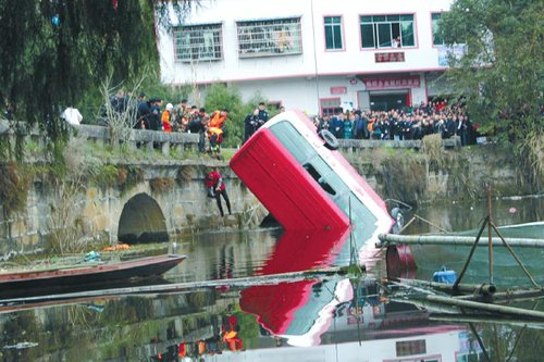 仪陇客车坠湖:6人遇难 驾驶员获救_大成网_腾