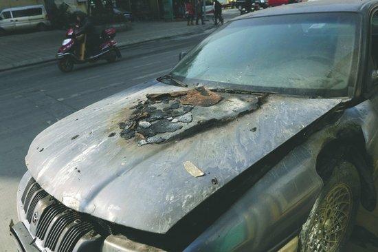 """老款克莱斯勒轿车发生自燃,19名餐厅员工成功灭火.""""刚开始高清图片"""