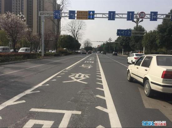 绵阳首条可变导向车道投入使用 可缓解早高峰路况(图)