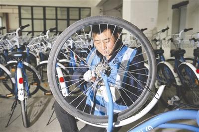 成都修车师傅变身共享单车运维人 几分钟能修好一辆车