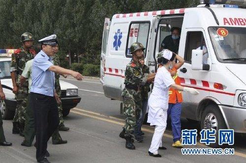 8月16日上午,医务人员将受伤群众扶上救护车。
