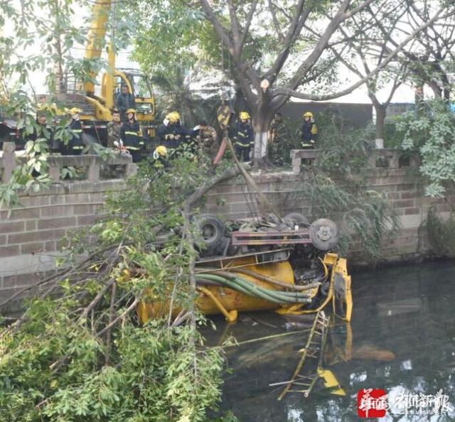成都街头两车相撞 垃圾清运车掉进河中已致两人死亡