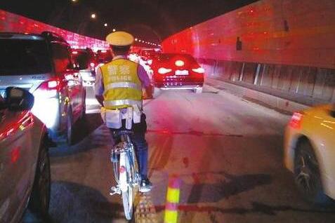 """都汶高速端午堵三天 """"隧道骑警""""单车通宵排堵"""