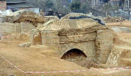 成都十陵发现显赫古墓 ,挖掘现场随拍