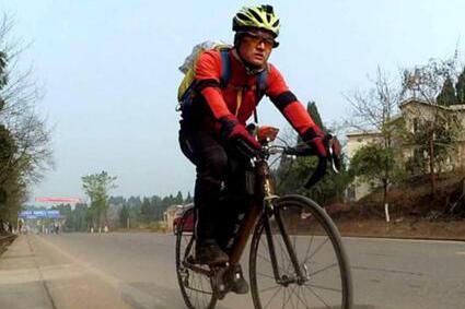 小伙从北京骑行两千公里到内江 为陪女友过生日