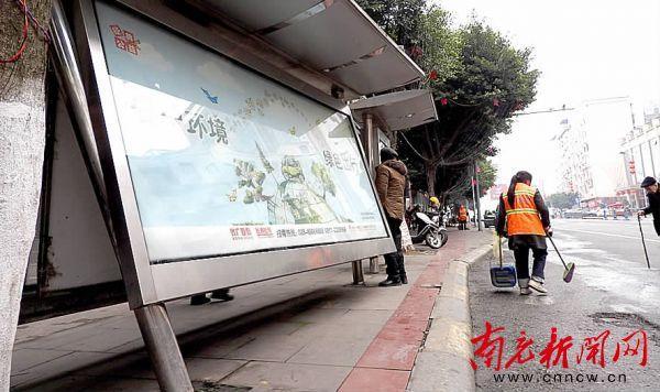 南充街边某公交站牌倾斜 男子路过额头被撞青包(图)