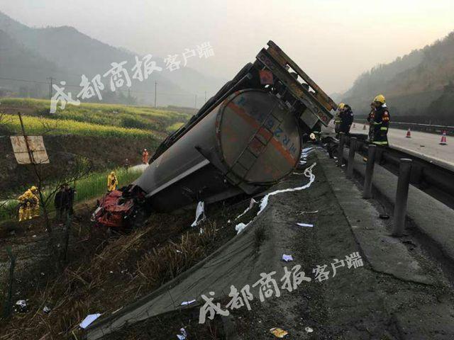 绵阳一载32吨甲醛罐车冲下绵广高速 司机当场身亡(图)