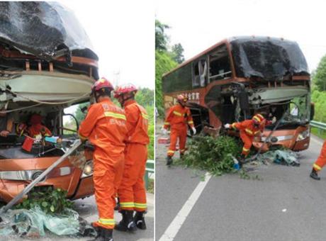 巴中载有54名乘客大巴车突发车祸 司机受伤被困