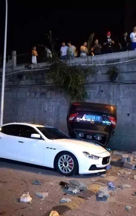 遂宁轿车飞身下桥砸中玛莎拉蒂 引多人围观(图)