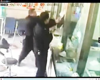 最淡定劫匪 抢银行 198锤砸破防弹玻璃