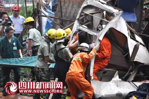 2013年塔吊事故图片_东莞轻轨R2线旗峰公园发生事故塔吊倒塌砸中
