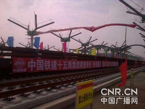 高速铁路建设总指挥部在徐州东站举行京沪高铁铺轨仪式.这是