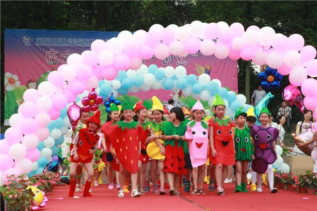 成都一小学用蔬菜水果做衣服欢庆六一
